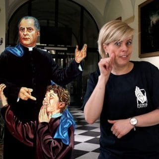 Kobieta pokazuje znak migowy św. Filipa Smaldone, który jest przedstawiony na wizerunku obok niej