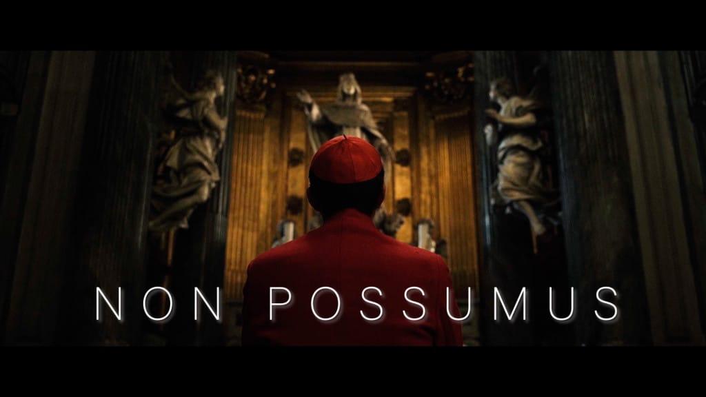 Widok na plecy kardynała klęczącego w kościele. Na środku napis NON POSSUMUS