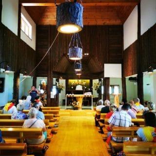 drewniane wnętrze kaplicy w Laskach