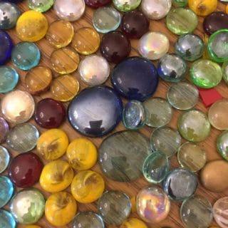 Kolorowe kamienie leżace na stole