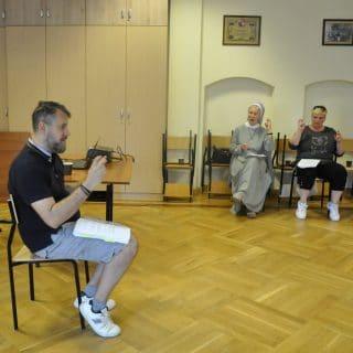 Prowadzący zajęcia PJM i dwoje kursantów