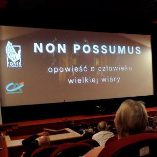 Sala kinowa. Na ekranie widoczna plansza z napisem NON POSSUMUS - opowieść o człowieku wielkiej wiary