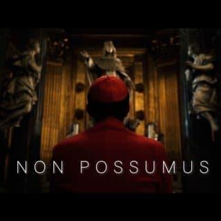 Sylwetka kardynała Wyszyńskiego widziana z tyłu, przed nim pozłacany ołtarz. Napis: NON POSSUMUS