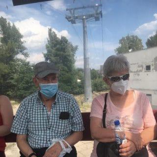 Dwoje seniorów w kabinie kolei linowej Polinka