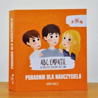 Widoczna okładka książki, na której widać trzy postacie dziecięce i napisy tytułowe