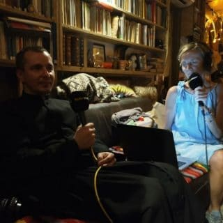 Ksiądz Tomasz podczas rozmowy z panią redaktor audycji Dobry wieczór Wrocław