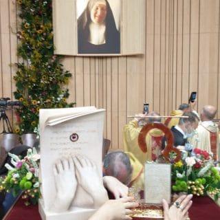 Relikwiarze błogosławionych kard. Wyszyńskiego i matki Czackiej, za nimi na ścianie portret matki Czackiej