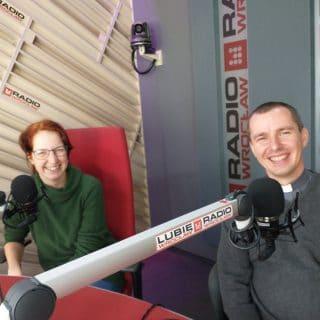 Ks. Tomasz i p. Ewelina przy mikrofonach w studiu Radia Wrocław